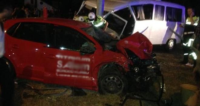 Minibüs ile otomobil kafa kafaya çarpıştı: Çok sayıda yaralılar var