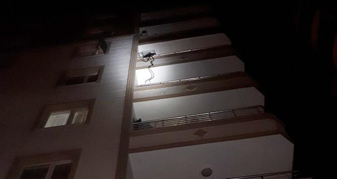 Polisten kaçarken 5. kattan düşen silahlı saldırgan öldü