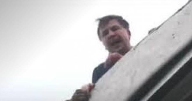 Eski devlet başkanı Saakashvili çatıya çıktı ! Polis zorla indirdi !