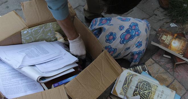 FETÖ elebaşının kitapları binanın önünde bulundu
