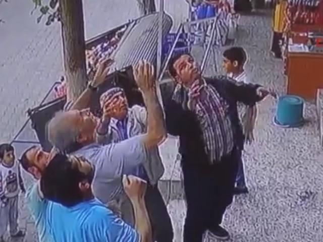 Şanlıurfa'da balkondan düşen çocuğu havada yakaladı