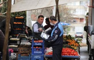 Onikişubat Belediyesi pazarcı esnafına eldiven ve maske dağıttı!