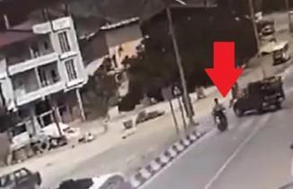 Kahramanmaraş'ta motosiklet ile pikapın çarpışması kameraya yansıdı