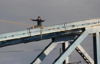 Köprüye çıkıp intihar etmek istedi