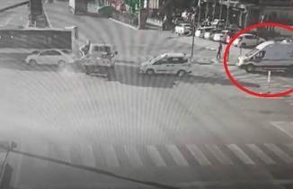 Ambulansa yol verebilmek için kazayı göze aldığı o anlar kamerada!
