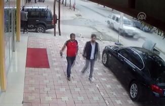 Kahramanmaraş'ta minibüs köpeğe çarpıp kaçtı