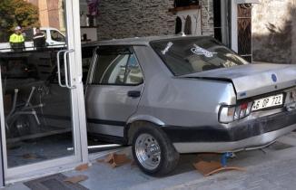 Kazada savrulan otomobil berber dükkanına girdi