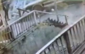 Kaldırımda yürürken dengesini kaybetti, çöp aracının altında öldü