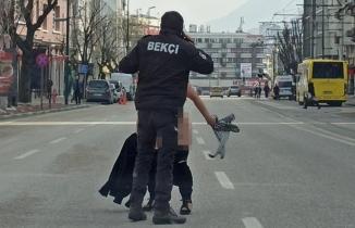 Bekçileri şoke eden an! Cadde ortasında koşan kadını yakalamak için seferber oldular