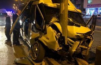 Kahramanmaraş'ta kontrolden çıkan minibüs yön tabelasına çarptı
