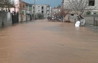 Kahramanmaraş'ta sağanak caddeleri göle çevirdi!