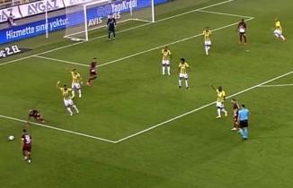 Hatayspor-Fenerbahçe maçına tartışmalı penaltı pozisyonu damga vurdu! Taraftarlar çıldırdı