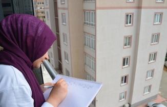 Evden çıkamayan çocuklar balkondan balkona 'isim şehir' oynadı