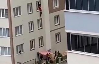 Kahramanmaraş'ta pencereden sarkan kişi düşmekten son anda kurtuldu!