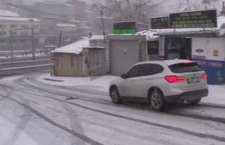 Karda araçların kaydığı yokuşta art arda kaza!