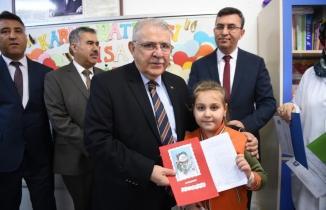 Başkan Hanefi Mahçiçek, öğrencilerin karne heyecanına ortak oldu