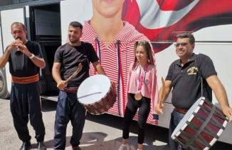 Kahramanmaraşlı milli sporcumuz Sevilay Öztürk büyük bir coşkuyla evine döndü