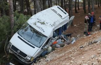 Kahramanmaraş'ta servis minibüsü şarampole devrildi: Ölü ve çok sayıda yaralı var