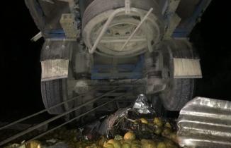 Konya'da feci kaza... TIR, otomobili altına aldı!