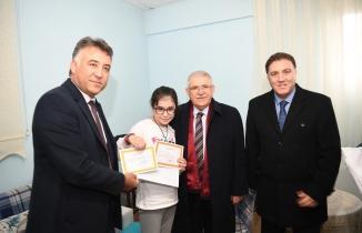 Başkan Mahçiçek'ten sürpriz ziyaret: Hasta öğrenci karnesini evde aldı!