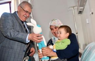 Başkan Mahçiçek'ten çocuk hastalara sürpriz ziyaret