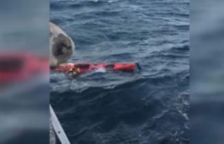 Denizin ortasında tişörtünü sallayarak yardım bekleyen kişi böyle kurtarıldı