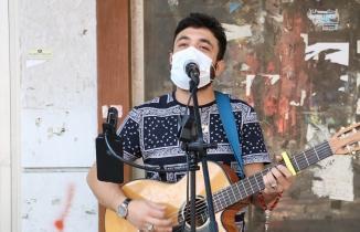 Kahramanmaraş'ta maske takmayanları söylediği şarkıyla uyarıyor