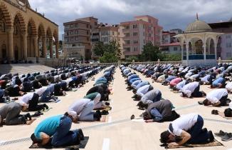 Kahramanmaraş'ta cuma namazı sosyal mesafeli kılındı