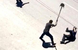 Kısıtlamayı deldi, polislere kürekle saldırdı