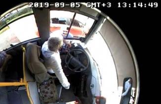 Otobüs şoförünü baltayla böyle tehdit etti