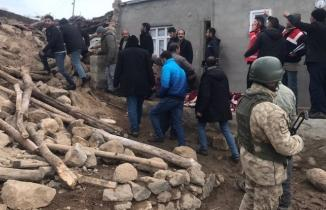 İran'da 5,8'lik deprem, Van'da yıkım: Çok sayıda ölü ve yaralı var