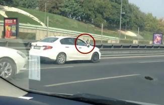 Keyif için trafikteki sürücüleri tehlikeye attı