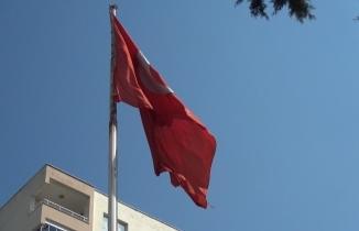Kahramanmaraş'ta göndere çekili Türk Bayrağı yırtık halde